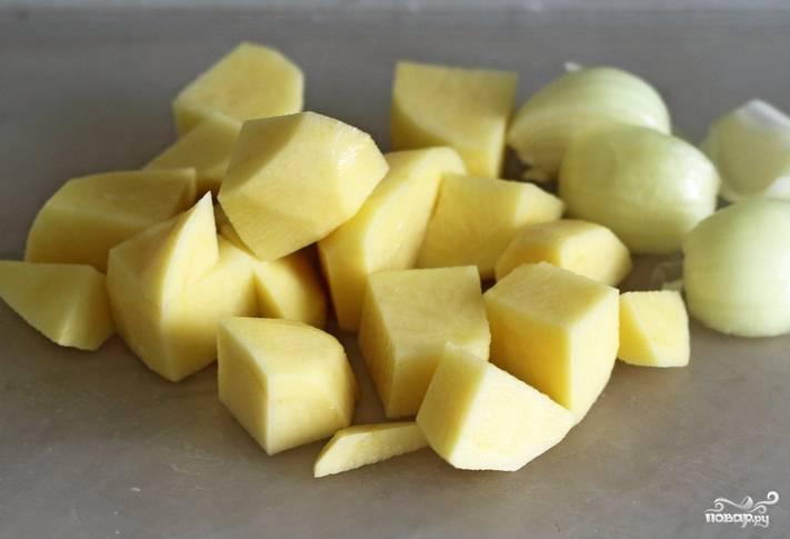 Картофель и лук промываем, очищаем и нарезаем кубиками.