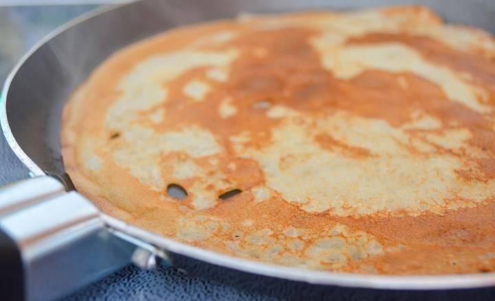 Жарим на разогретой сковороде с двух сторон до золотистого цвета. Добавляйте немного масла, если будут подгорать.