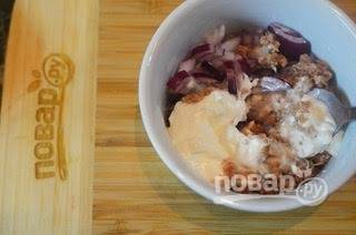 3. Добавьте нарезанный кубиками лук, сельдерей и часть майонеза.