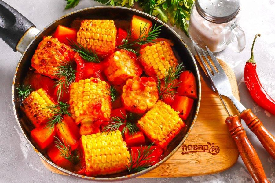 Спустя указанное время выключите нагрев, украсьте блюдо свежей зеленью и подайте его к столу прямо в сковороде.