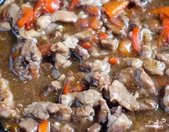 Добавьте к мясу разбавленный водой оставшийся крахмал, соевый соус по вкусу. Обязательно попробуйте блюдо, ведь соевый соус достаточно соленый. Поперчите, бросьте пряности и специи. Добавьте болгарский перец и все остальные заранее подготовленные ингредиенты. Перемешайте и тушите под крышкой до полной готовности так, чтобы соус не выпарился полностью.
