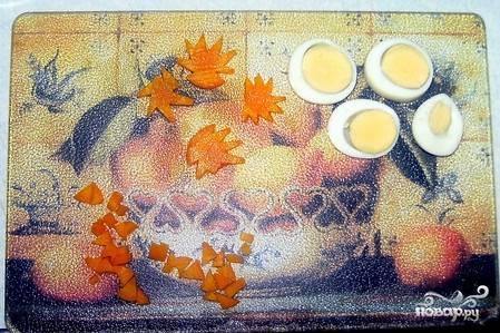 Пока первый слой желе застывает, займемся подготовкой украшений. Для этого сварим яйцо и морковь. Остудим и нарежем разными фигурками - цветочками, кружочками. Раскладываем наши украшения по застывшему желе и заливаем поверх еще одним слоем.