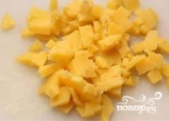 1. Чтобы приготовить окрошку на айране, сначала надо отварить курицу, яйца и картошку в мундире. Остудить. Картошку почистить и порезать небольшими кубиками.