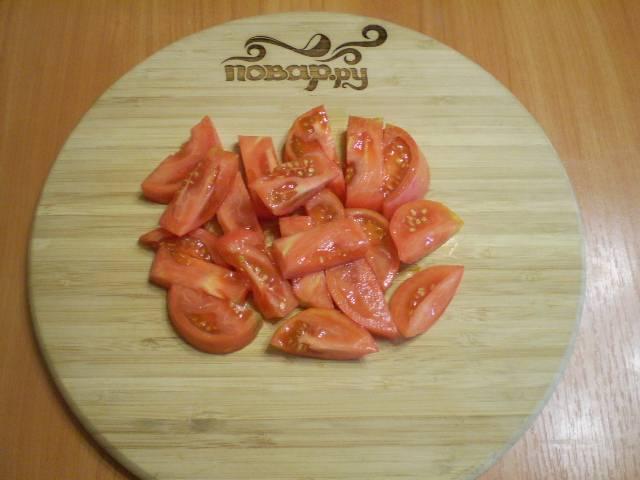 Порежьте брусочками помидор.