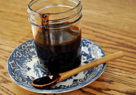 3. Когда соус закипел, дайте ему немного остыть и загустеть. Дальше переливаем его в чистую емкость для хранения. Готово!