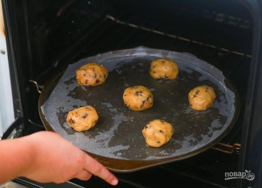 7.Разогрейте духовку до 180 градусов и отправьте в нее печенье на 15 минут, переложите печенье в тарелку и остудите, затем подавайте к столу.