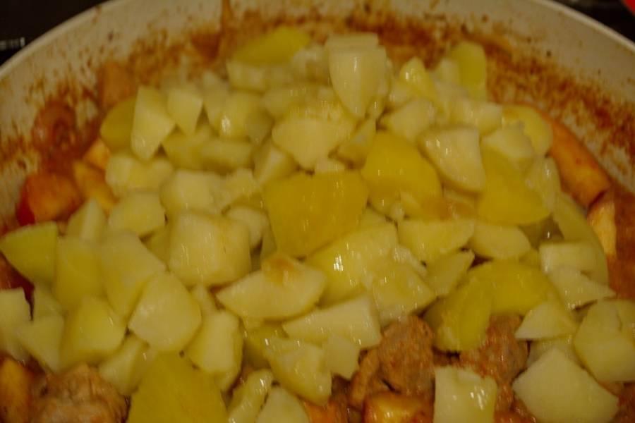 Слейте воду с картофеля. Сам картофель добавьте к мясу. Перемешайте.