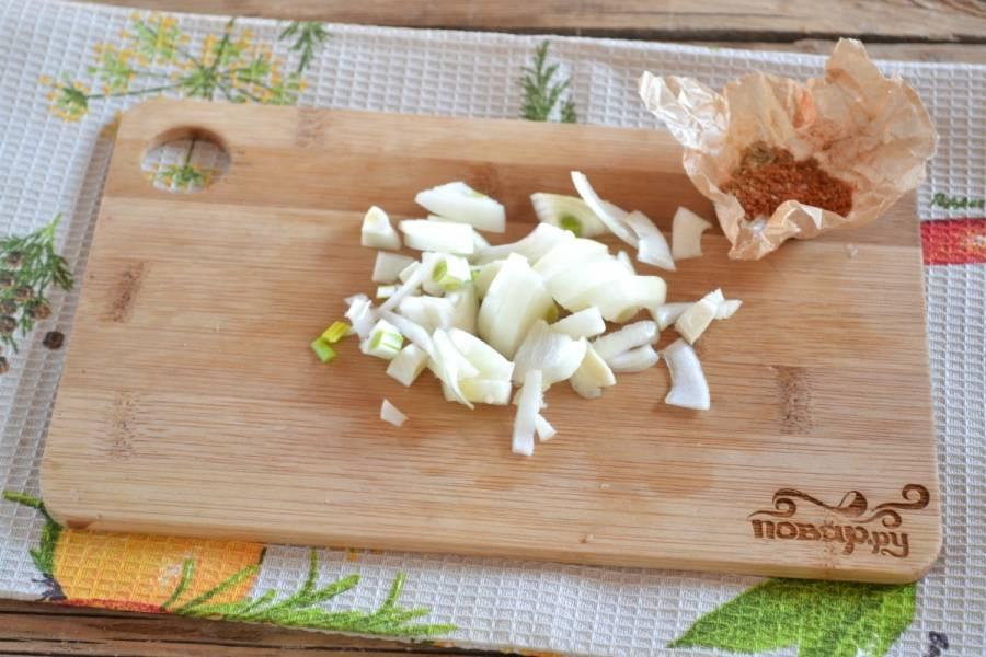 4. Луковицу порежьте четвертькольцами, а чеснок измельчите до мелких кубиков.