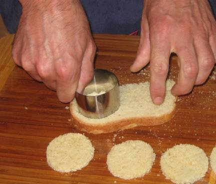 1. Хлеб чуть подсушим на сковороде или в духовке. Вырезаем из него кружочки, или же режем квадратиками.