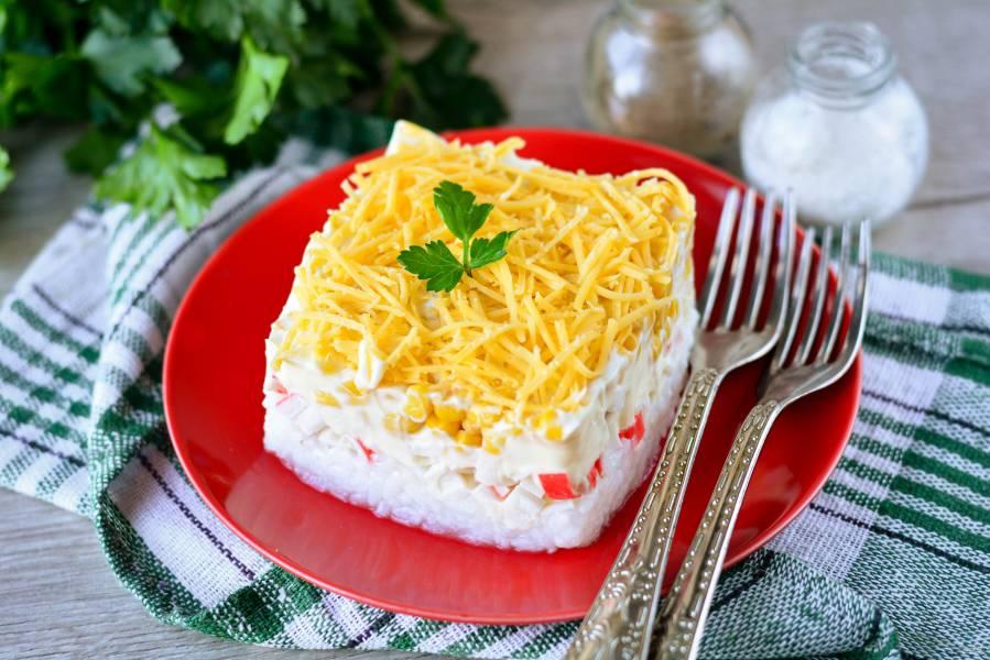 Слоеный крабовый салат с рисом