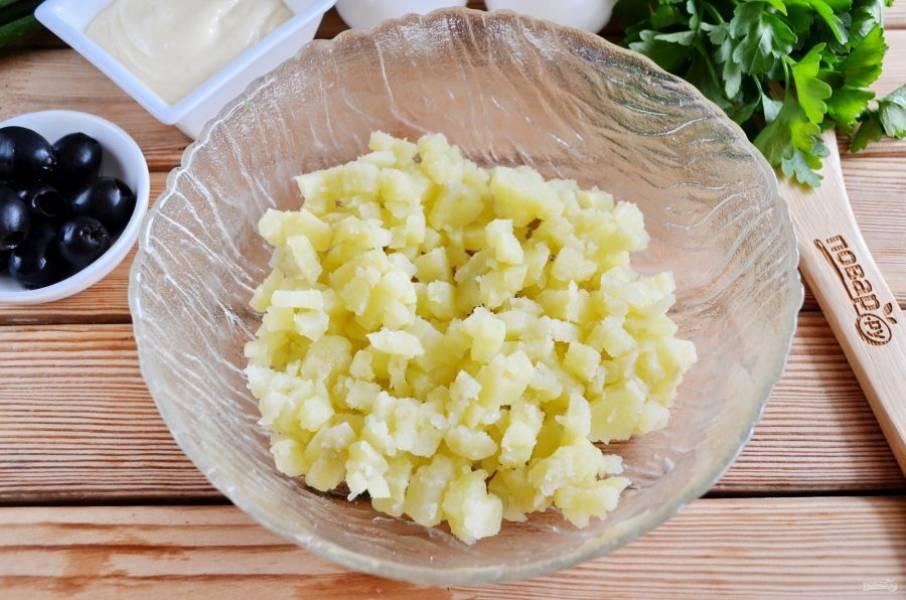 Очистите картофель от кожуры, порежьте маленькими кубиками.