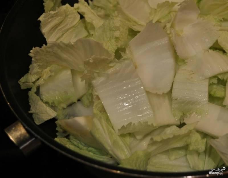2.Порежьте плотные части на отрезки длиной по 3-4 см. Раскалите арахисовое масло на сковороде и тушите кусочки капусты не менее 3-4 минут до появления мягкости.