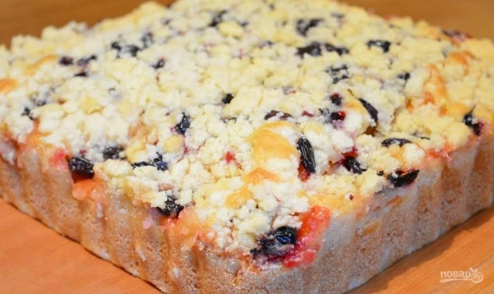 5. Вылейте в форму тесто, разровняйте и сверху выложите ягоды и фрукты. Посыпьте пирог мучной крошкой и выпекайте в разогретой до 170 градусов духовке 1 час. Приятного аппетита!