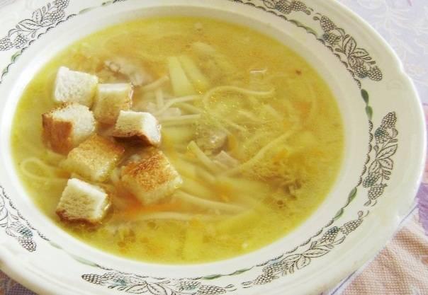5. Рассыпаем суп по тарелкам, в каждую тарелку добавляем сухарики. Приятного аппетита!