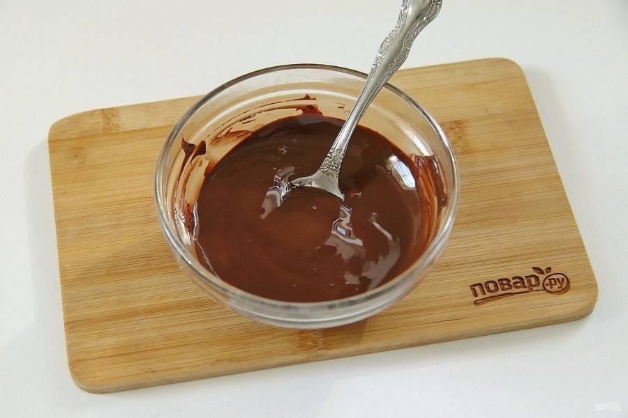 Шоколад поломайте на кусочки и растопите в микроволновке или на водяной бане.