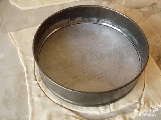 7.Тесто размораживаем и раскатываем, вырезаем круг диаметром немного больше формы.