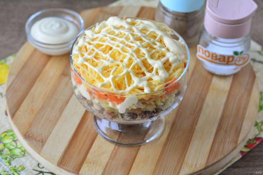В конце присыпьте салат тертым сыром и снова полейте майонезом. Поставьте в холодильник на 10-15 минут и готово. Приятного аппетита!