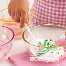 Разделить безе на 3 чашки. Добавить в каждую чашку по небольшой капле пищевого красителя разных цветов.
