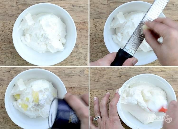 4. Смешайте сметану и измельченный чеснок. Добавьте соль и перец по вкусу в чесночный соус.
