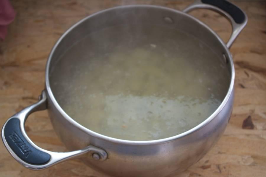 Картофель поместите в кастрюлю. Залейте процеженным бульоном. Поставьте вариться.