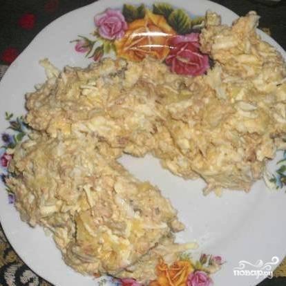 Берем широкое салатное блюдо, выкладываем приготовленную нами смесь на блюдо в форме змеи (см. на фото).