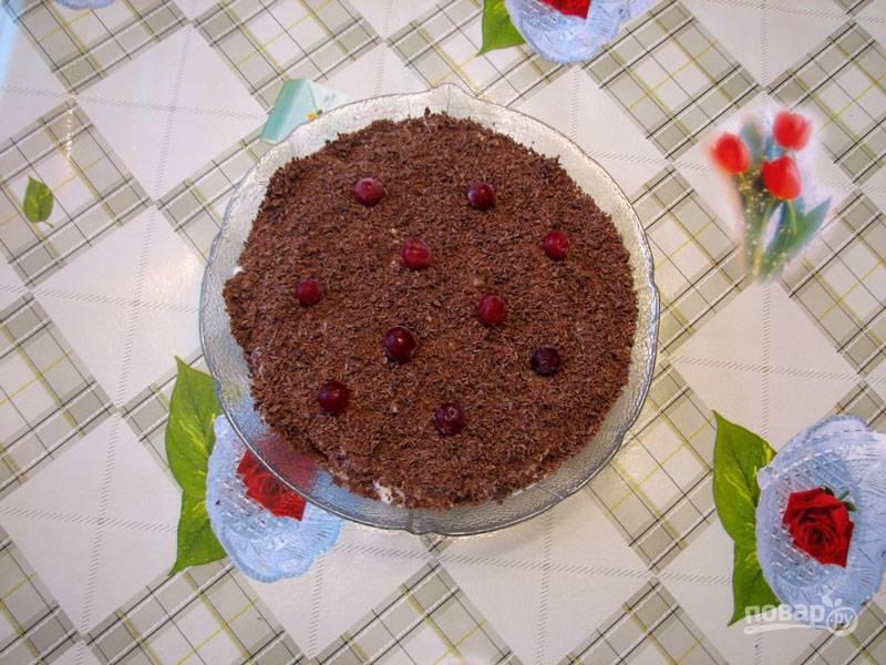 Посыпьте тертым шоколадом и, по желанию, украсьте клюквой или другой свежей ягодой. Перед подачей советую подержать десерт в холодильнике. Приятного аппетита!