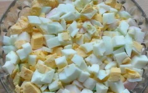 1. Яйца и картофель отвариваем и остужаем. А квас, овощи и зелень, наоборот - поместим в холодильник. Остывшие яйца нарезаем кубиком.
