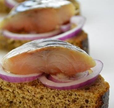 3. Небольшие закусочные канапе можно сделать из скумбрии и маринованного лука. Луковицу предварительно необходимо нарезать тонкими кольцами и отправить в маринад с уксусом, солью, сахаром и небольшим количеством воды. Такие канапе можно сделать на пикник.