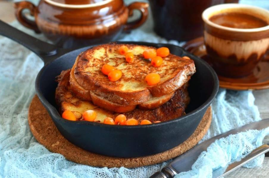 Чтобы тосты быстро не остывали, подогрейте тарелки или подавайте их прямо на сковороде.