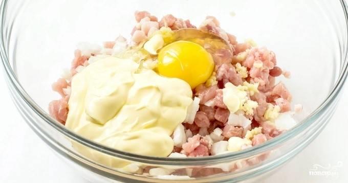 3.Добавьте соль и перец по вкусу, разбейте яйцо и влейте майонез, перемешайте до кашеобразного состояния.
