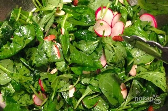 4.Заправьте салат приготовленной смесью, добавьте рубленый миндаль и перемешайте.