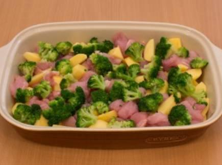 Перекладываем в форму для запекания филе индейки и картофель. Добавляем промытую брокколи. Солим и перчим по вкусу, перемешиваем.