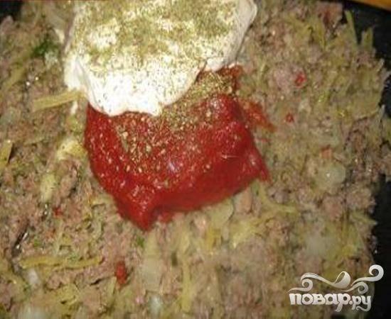 2.На сковороду к обжаренному луку добавляем заранее приготовленный мясной фарш, обжариваем его. Теперь сюда же добавляем специи, сметану и томатную пасту.