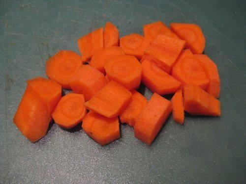 4. Очищенную морковь, нарезанную небольшими кусочками, также немного обжарить.