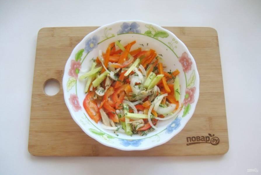 Заправьте салат маслом и лимонным соком. Посолите, поперчите по вкусу и перемешайте.