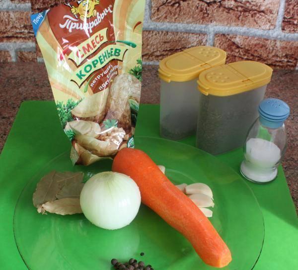 3. Чашу мультиварки моем, засыпаем туда все ингредиенты (лук и морковь с чесноком лучше, конечно, помыть, почистить и измельчить).