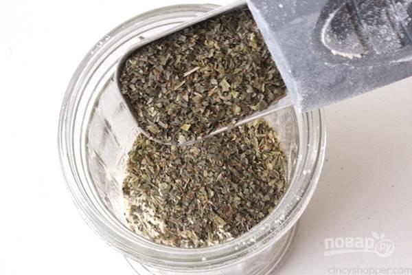 6. Запекаются слоеные вергуны с колбасой и сыром минут 15. За это время можно сделать ароматную смесь. Соедините специи, травы, соль и сыр. Перемешайте.
