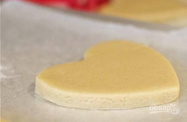 3. Выложите печеньки на противень, смазанный растительным маслом или застеленный пергаментом. Духовку параллельно разогрейте до 180 градусов.