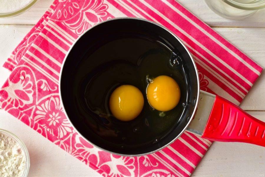 Вбейте яйца в ковш.
