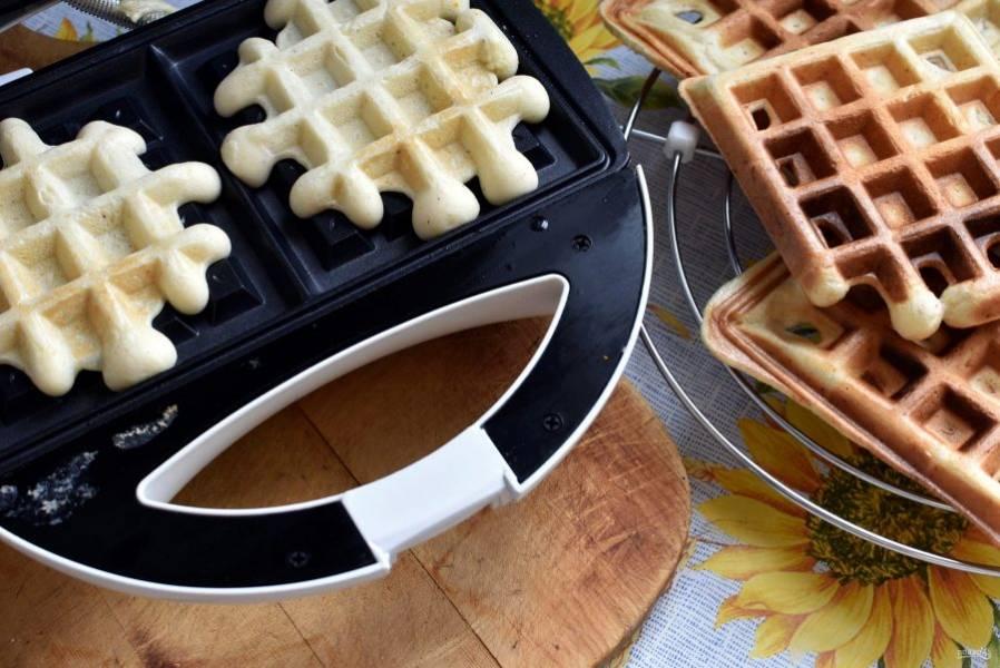 Выпекайте вафли в специальной вафельнице до румяной корочки. Готовые вафли складывайте на решетку, чтобы не слишком отмякали. Вафель выходит много.