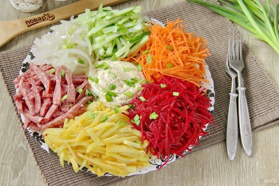 """В таком виде готовый салат """"Огни Парижа"""" подается к столу. Затем салат необходимо посолить и аккуратно перемешать. Приятного аппетита!"""