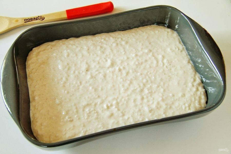 Сверху равномерно выложите творожно-рисовую массу. Выпекайте в духовке при температуре 180 градусов 25 минут. Готовность проверяйте зубочисткой, главное не передержать запеканку, чтобы она не утратила своей нежности.