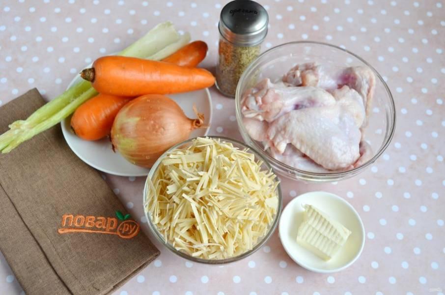 Подготовьте необходимые ингредиенты. Очистите овощи, вымойте куриные крылышки.