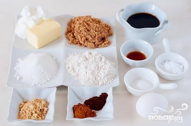 1. Сделать печенье.  В большой миске смешать муку, винный камень, соду, соль, имбирь, корицу и гвоздику. В другой большой миске взбить сливочное масло и растительный жир. Добавить оба вида сахара и взбить. Добавить яйца, по одному за раз, взбивая после каждого добавления. Перемешать с патокой и ванилью. Добавить половину мучной смеси и перемешать. Добавить оставшуюся муку в миску и взбить.