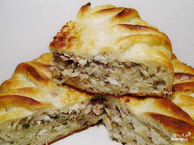 Пирог выпекаем при 180 градусах приблизительно полчаса. Может хватить и 25-ти минут, а может понадобиться и чуть больше времени. Ориентируйтесь, исходя из возможностей вашей духовки, проверяйте готовность пирога спичкой. Кушаем пирог, пока он горячий, так вкуснее! Приятного аппетита!