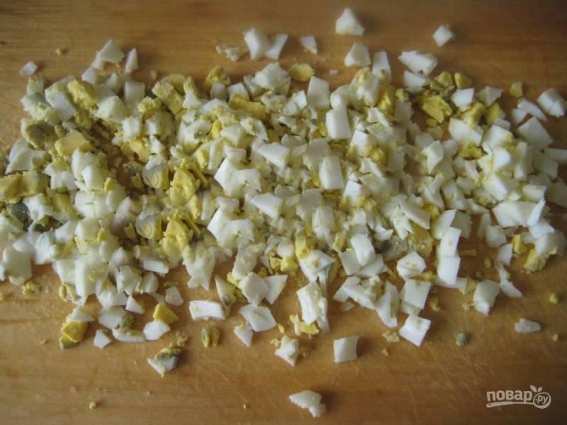 Измельчите вареные яйца.
