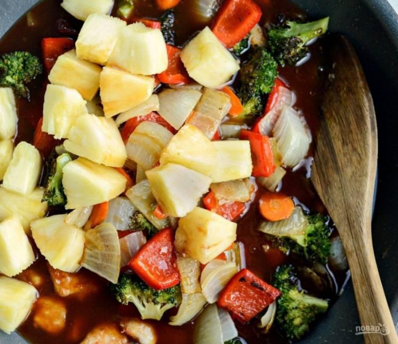 Смешайте воду с крахмалом. Влейте смесь в сковороду. Готовьте блюдо до загустения соуса.