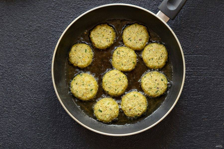 Обжарьте фалафель на сковороде в большом количестве масла до золотистого цвета.