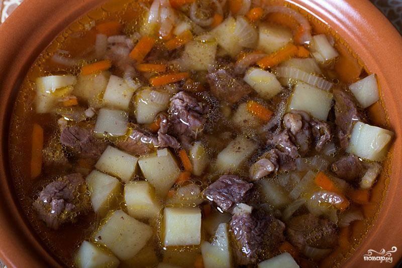 Ставим в духовку еще на 15 минут, затем достаем, добавляем соль, перец, любимые специи или зелень, и отправляем суп еще на 10 минут в духовку. И все - похлебка готова!