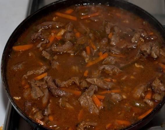 Блюдо тушим в течение 40-50 минут на очень медленном огне под крышкой.